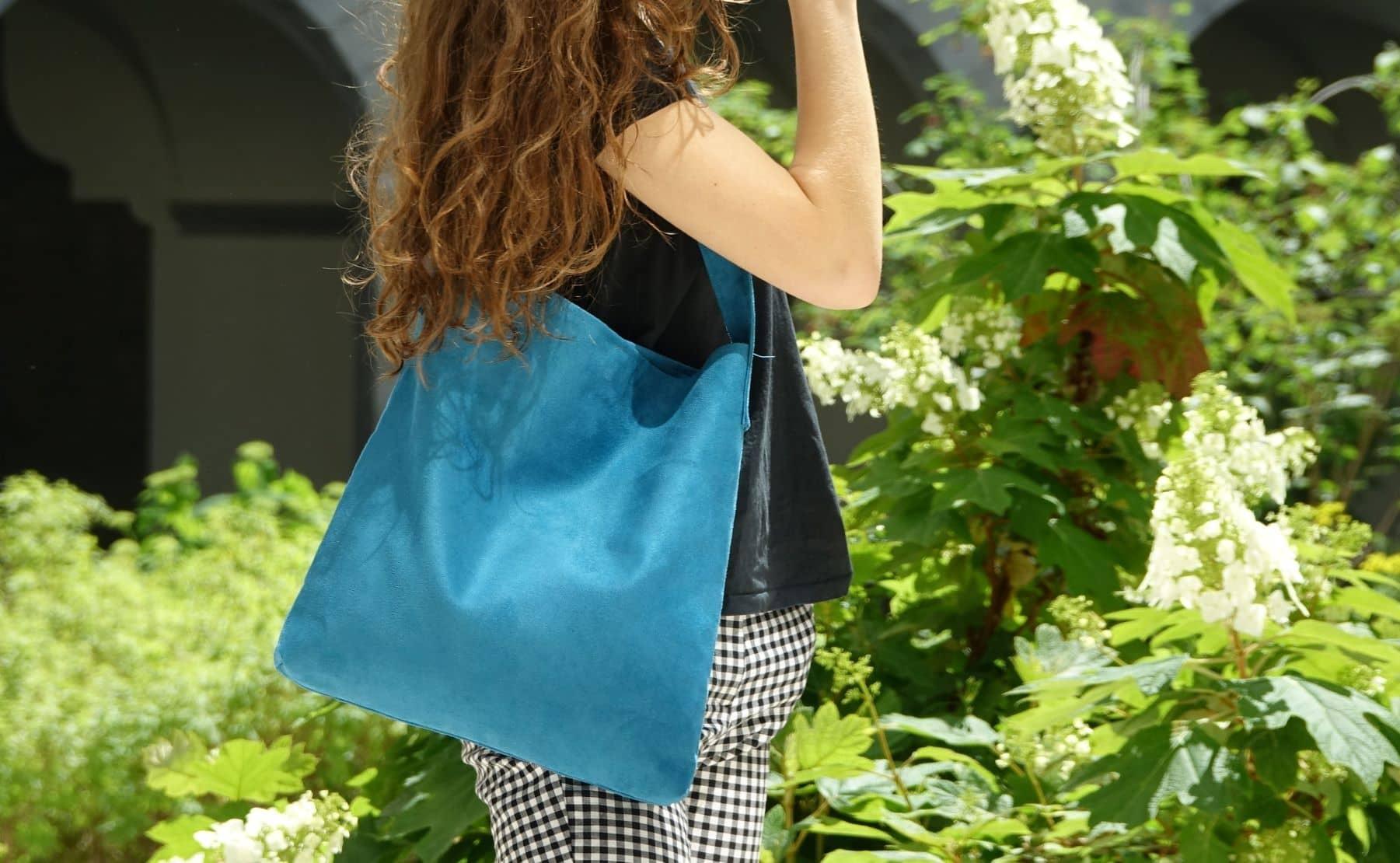 sac hobobag suedine turquoise aloee porté